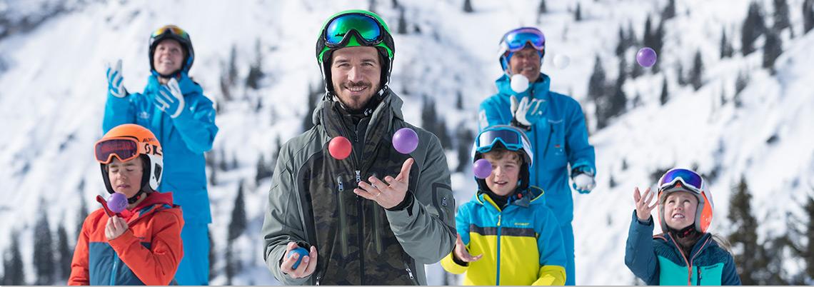 Felix Neureuther Ballwerfen mit Kindern